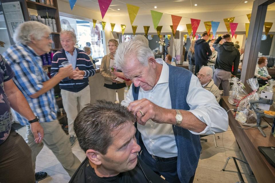 Rob Jordaan is dinsdagmiddag de laatste klant van Ton Karpes.