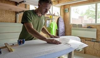 Zeeredder Dorus Rijkers doet ooit misschien mee aan de Olympische Spelen. Pete's Surfboards eert de beroemde Helderse redder met surfplank The Legend