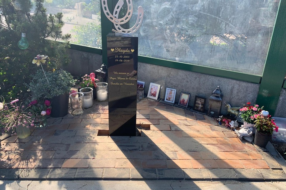 Het pas geplaatste bermmonument ter nagedachtenis aan Ilayda de Hond.