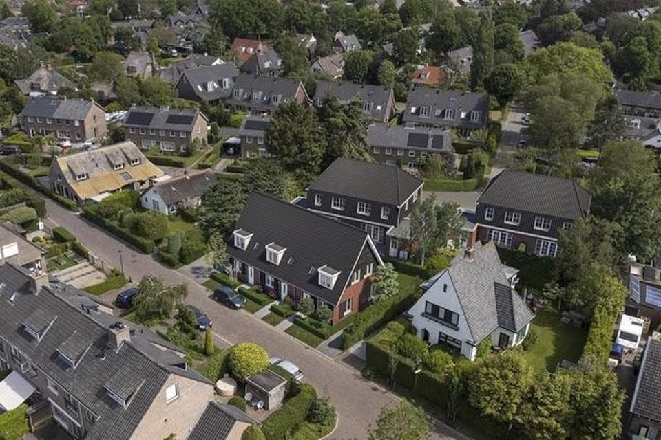 Artist-impression van de inpassing van de zeven nieuwe woningen, gezien vanaf de Eerste Molenweg. Middenvoor de drie sociale huurwoningen, daar achter vier twee-onder-een-kapwoningen.