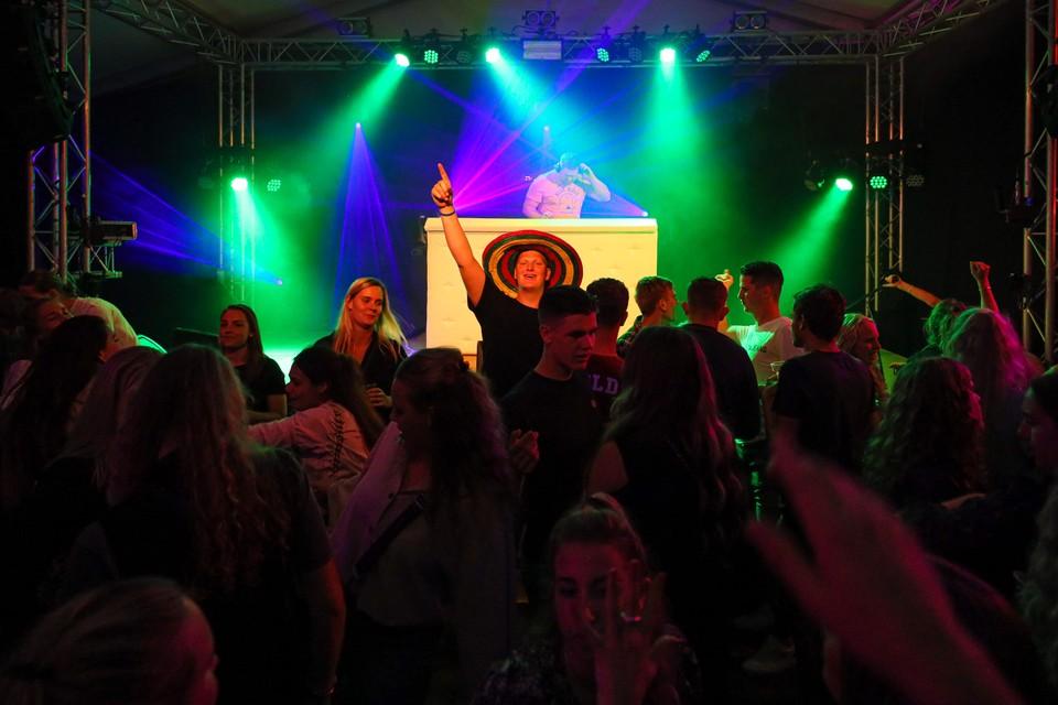 In de gezamenlijke feesttent van 't Kraaienest en 't Zeepaardje is het feest vrijdagavond al begonnen.