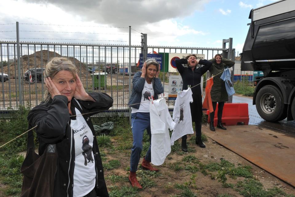 Leden van actiegroep Ban de Brom uit Wijk aan Zee in actie voor de poort van het toekomstige transformatorstation in mei vorig jaar.