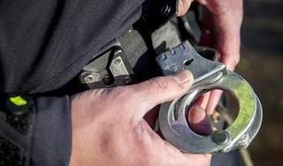 Politie vindt 25 bolletjes cocaïne en heroïne in woning Den Helder, een persoon aangehouden