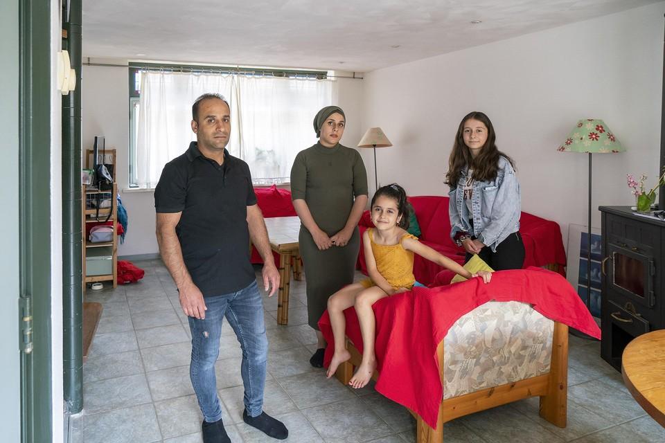 Razan Aloyobi (tweede van links) met haar gezin - man TarekAlhamwi en dochters Elin en Hala - in hun tijdelijke huuronderkomen.