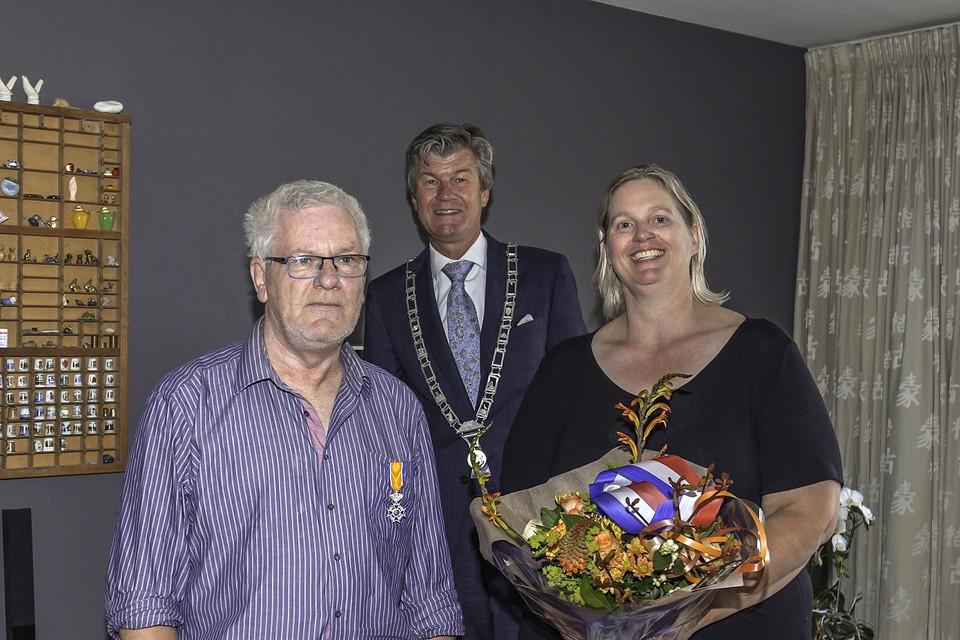 Decorandus Marcel Briefjes met zijn vrouw, daarachter burgemeester Toon Mans van Castricum.