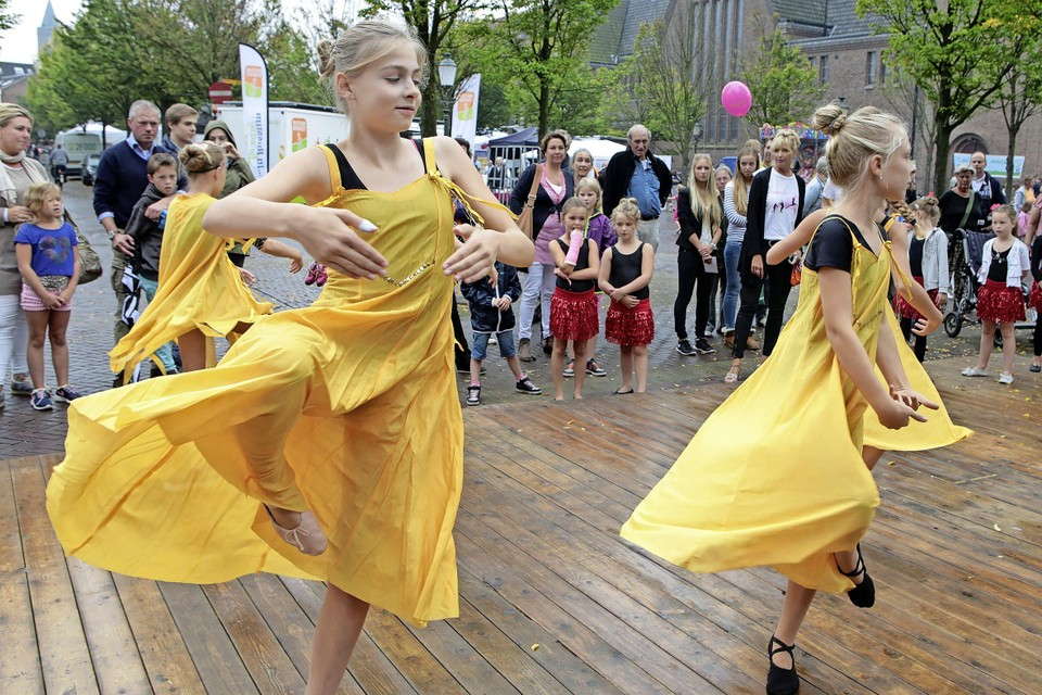 Dansoptreden op he Wilhelminaplantsoen.