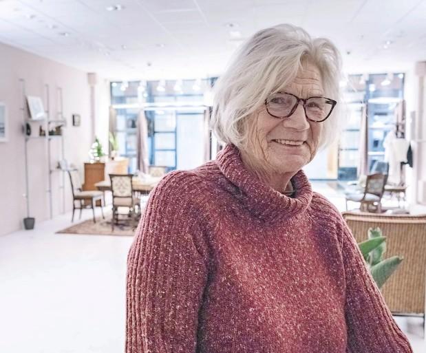 Oma Jo die in een winkelcentrum in Den Helder woont is actrice. Ze heet Carina, kan rappen en speelde in een film met Samuel L. Jackson. Maar waarom ze in die winkel zit, dat blijft een mysterie