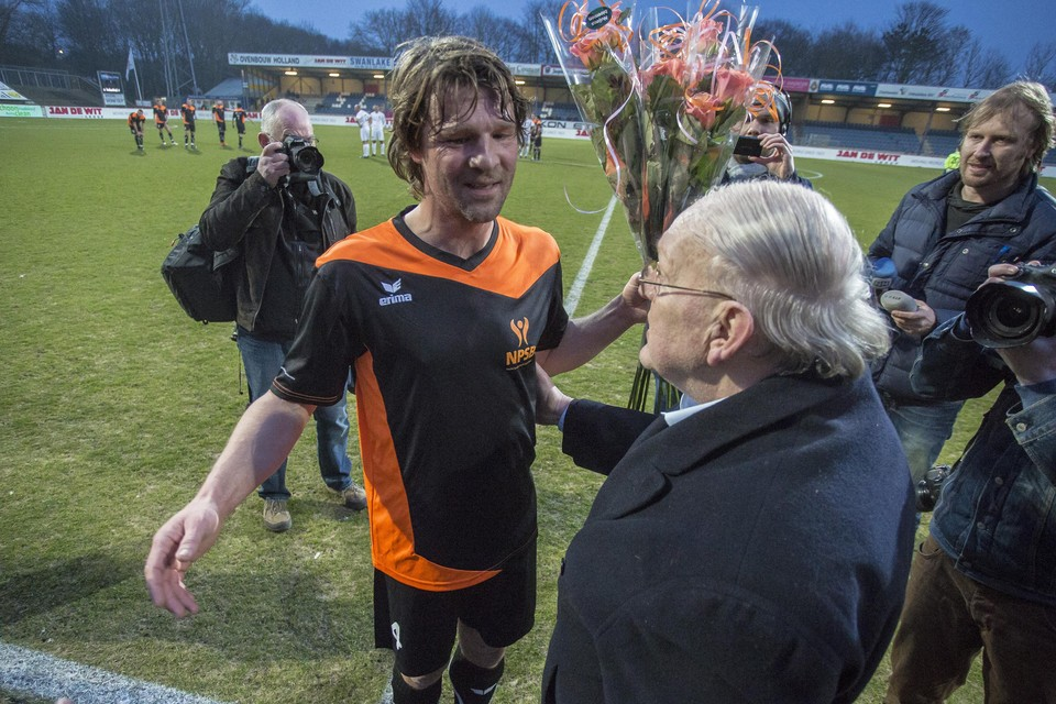 Arjan de Zeeuw tijdens zijn afscheid van het nationale politieelftal met Simon Kistemaker.