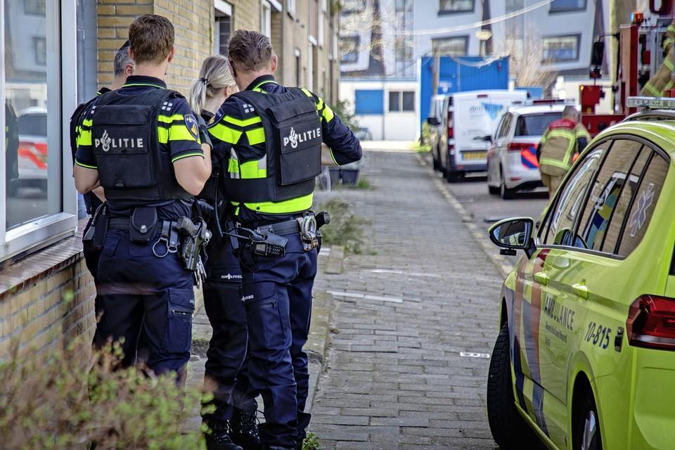 De politie doet buurtonderzoek na het schietincident in de Waalstraat in Alkmaar.