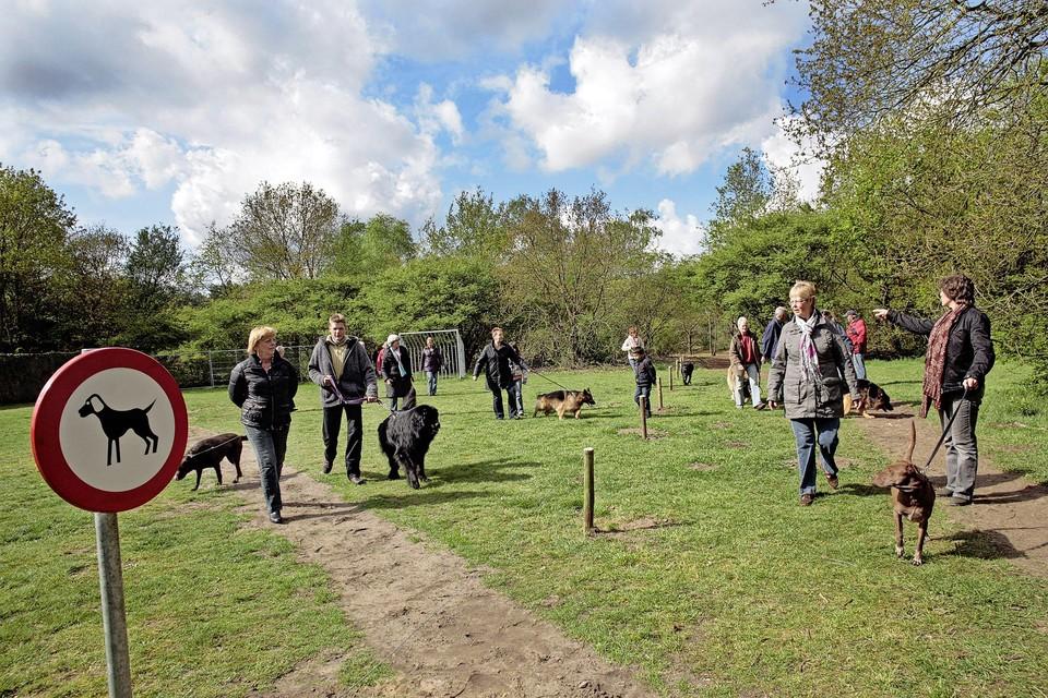 Speelveldje Postiljon in Laren: baasjes laten hun hond uit.