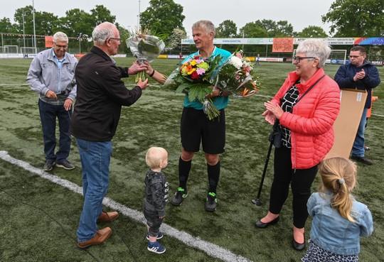 Na 44 jaar en ruim duizend wedstrijden floot Herman Doodeman zondag zijn laatste voetbalwedstrijd