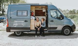 Florine en Thijs reizen al dik 2 jaar rond in een busje. Romantisch? 'Niet als je buiten in de regen moet staan omdat de ander moet kakken'