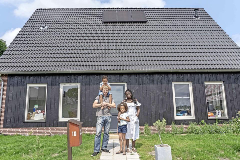 Het gezin Admiraal voor hun in een dag geplaatste villa aan de Berkenhof in Dirkshorn-Zuid: ,,We voelen ons hier nu al helemaal thuis.''