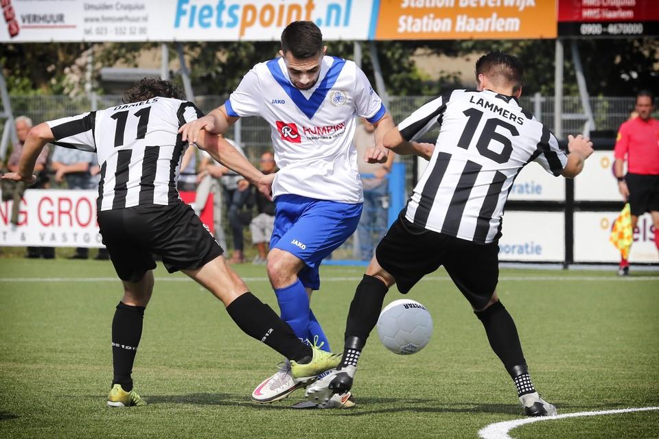2021-09-19 BEVERWIJK : DEM - Gemert. Mehmet Gencer zoekt een opening naar het Gemert doel. FOTO : RON PICHEL ? Voetbal-DEM-Gemert-Mehmet Gencer