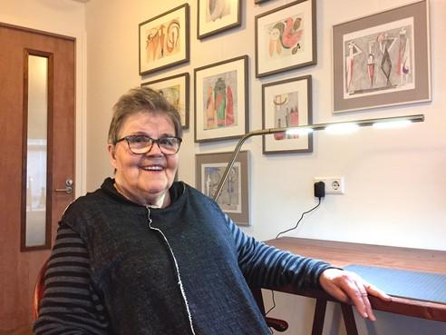 Onderweg: In haar kamer in de Prins Hendrik in Egmond aan Zee is Ada Strooper (87) nog dagelijks met kunst bezig. Niet meer met keramiek, maar met tekeningen