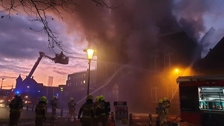 Zeer grote brand in oude raadhuis Obdam onder controle [video]