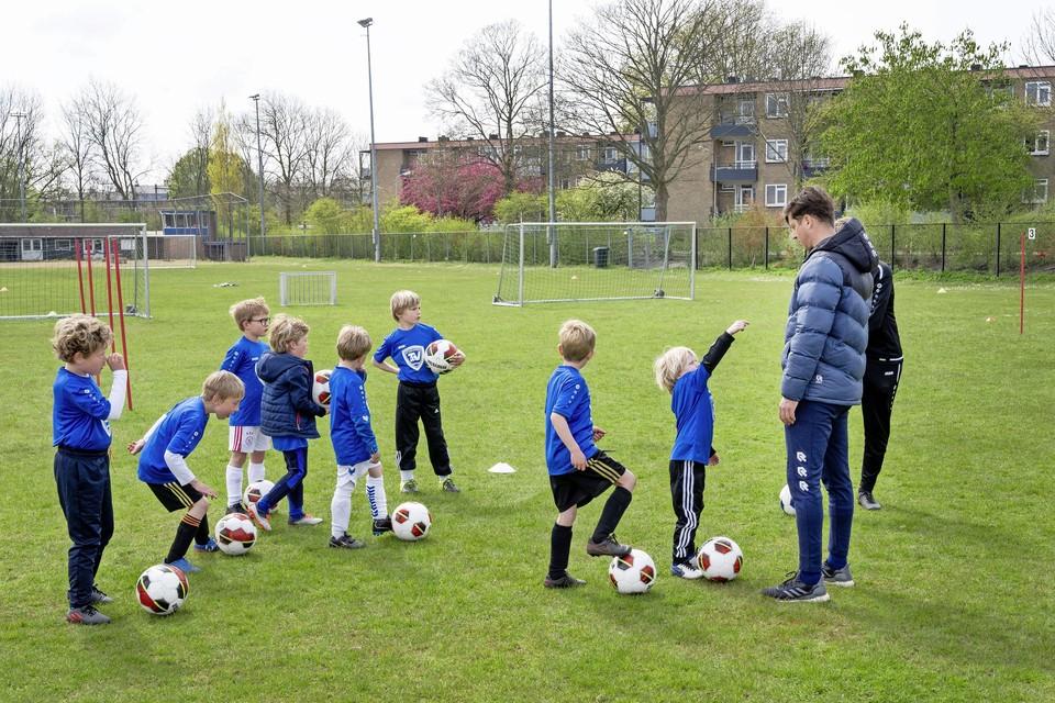 Telstar-trainer Gert jan Tamerus geeft instructies bij de voetbalclinic van Terrasvogels.