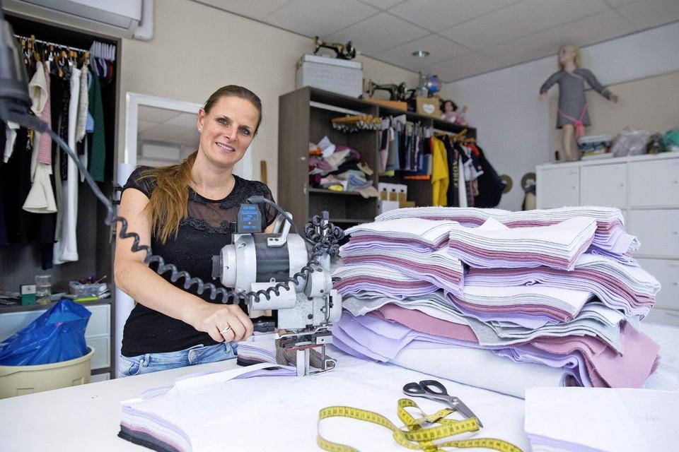 Melanie Hartog is met de gemeente in gesprek over een nieuwe locatie voor haar kledingproductiebedrijf Mainland zodat ze de productiecapaciteit kan uitbreiden.