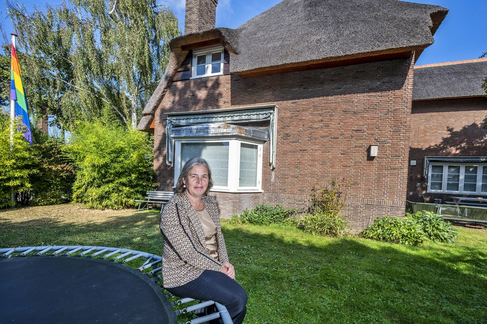 Burgemeester Astrid Nienhuis bij haar huis, de ambtswoning van Heemstede.
