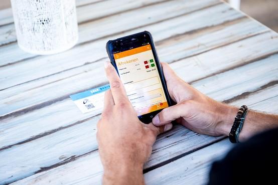 Is dit de nieuwe manier van je eten of drinken bestellen op een terras? Je legt je mobiele telefoon op de menukaart en in je scherm verschijnt de lijst met eten en drinken [video]