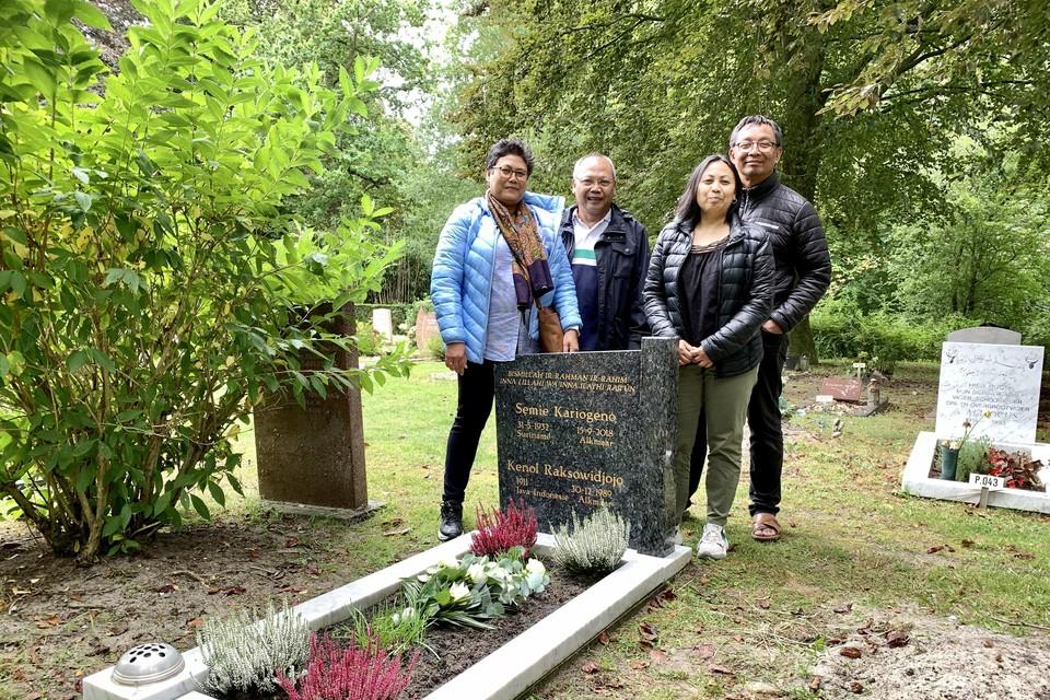 Van links naar rechts Marleen, Henk en Kathleen Raksowidjojo en Sumarno Pawirosemito.