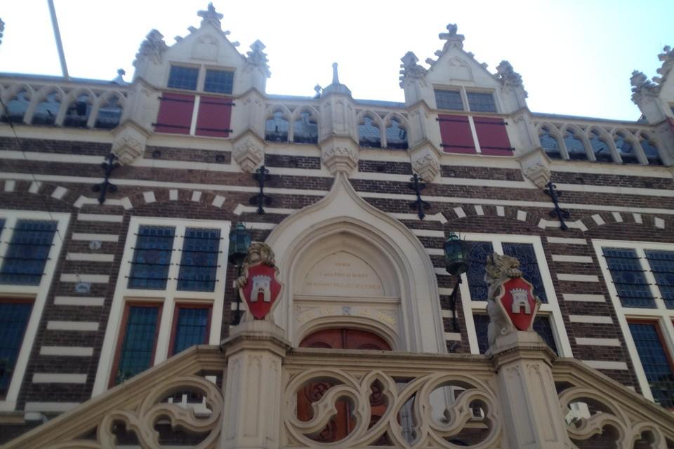 Het stadhuis van Alkmaar aan de Langestraat.