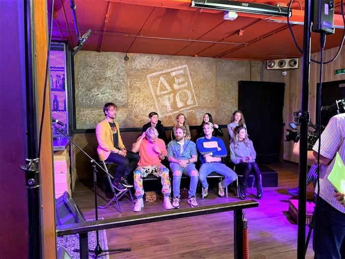 Youtubers Kalvijn, Onnedi, Stefan van Stuk TV en Stefan de Vries maken met Giel Beelen opnamen in Schagen voor De Beste Singer-Songfluiter van Nederland