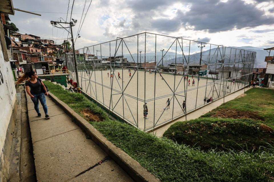 Het stoffige voetbalveld in een van de hooggelegen wijken van de Colombiaanse stad Medellin.
