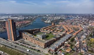 Hoogste woontoren van Zaanstreek, Lotus, piekt op plek van vroegere scheepswerf [luchtfoto]