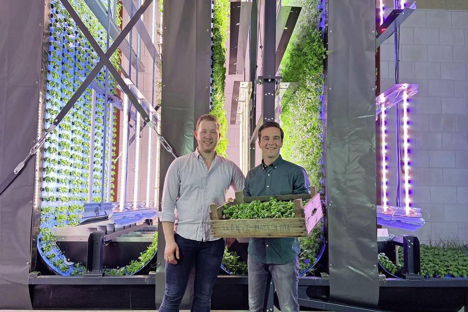 Twee van de vijf oprichters van GlowFarms in de productiehal: Ben Pieterse en Luc de Vries.