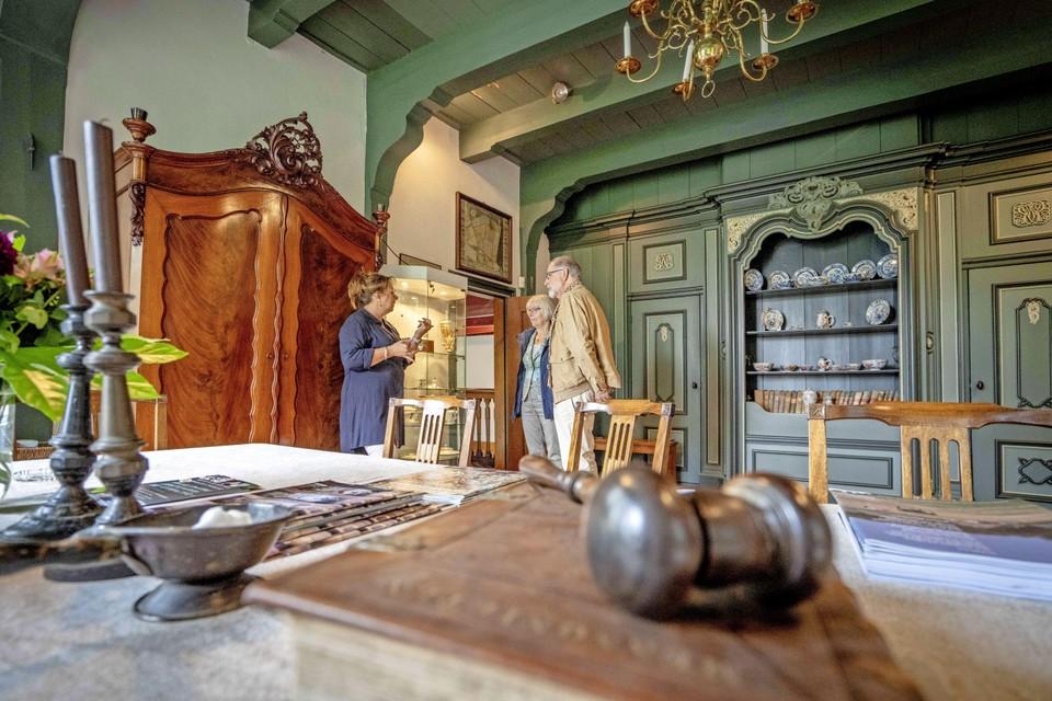 In het woonhuis in Wieringerwaard liggen bewust her en der objecten van vroeger.