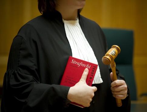 Jaar celstraf geëist tegen 19-jarige Purmerender: Gaf hij zijn moeder een duw of een kopstoot?