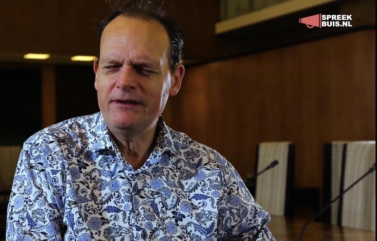 Vincent Bijlo is vanuit raadhuis in Hilversum eerste blinde talkshowhost: 'De Vara vond het geen prettig idee dat mensen tegen een blinde aan moesten kijken' [video]