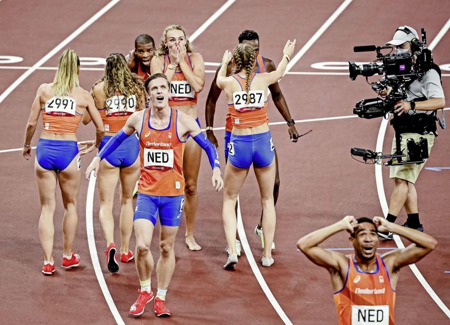 De estafettevrouwen 4x400 feliciteren de mannen met hun medaille. Tony van Diepen (m) lijkt het nauwelijks nog te kunnen geloven.