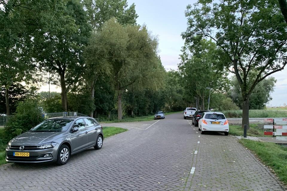 Langs de Immerhornweg wordt nu aan beide zijden geparkeerd.