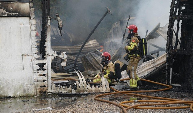 Grote brand in gebouw aan de Ringweg in Zaandam, politie is op zoek naar twee personen