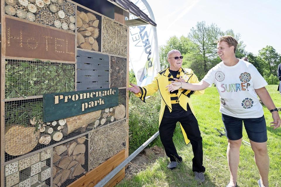 De opening van het insectenhotel met het naambordje van het Promenade Park.