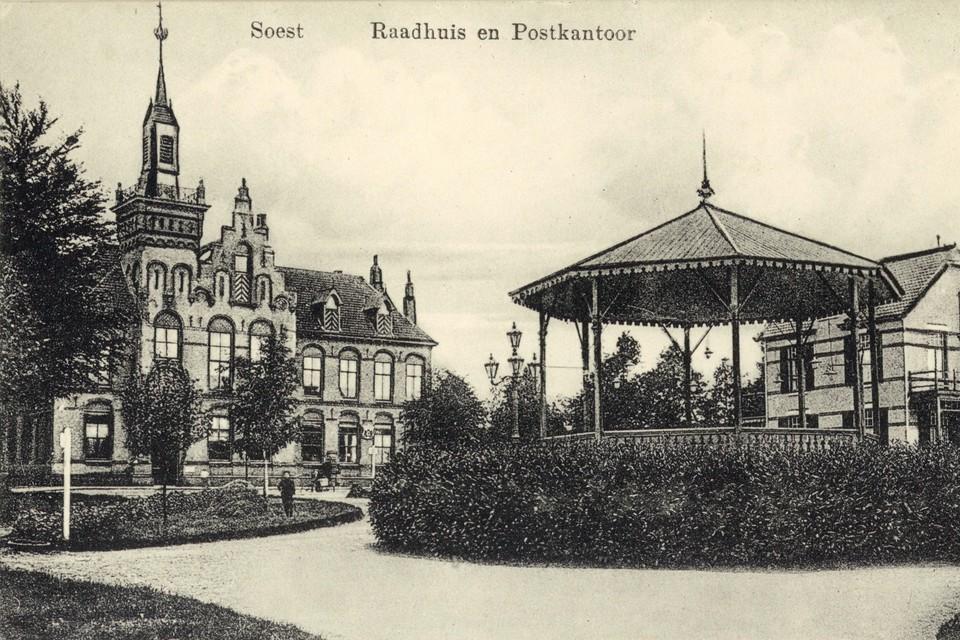 Het oude raadhuis met muziektent, en vooral ook: met toren. Ergens tussen 1910 en 1915.