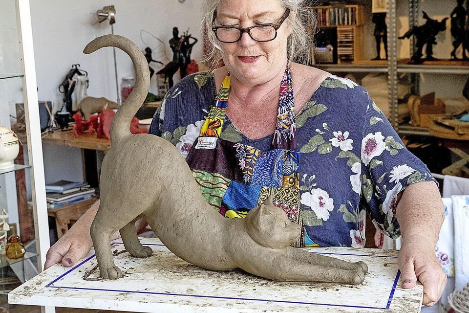 Kunstenares Edith Janzen toont het voorbeeld in klei voor het levensgrote beeld van Wodka.