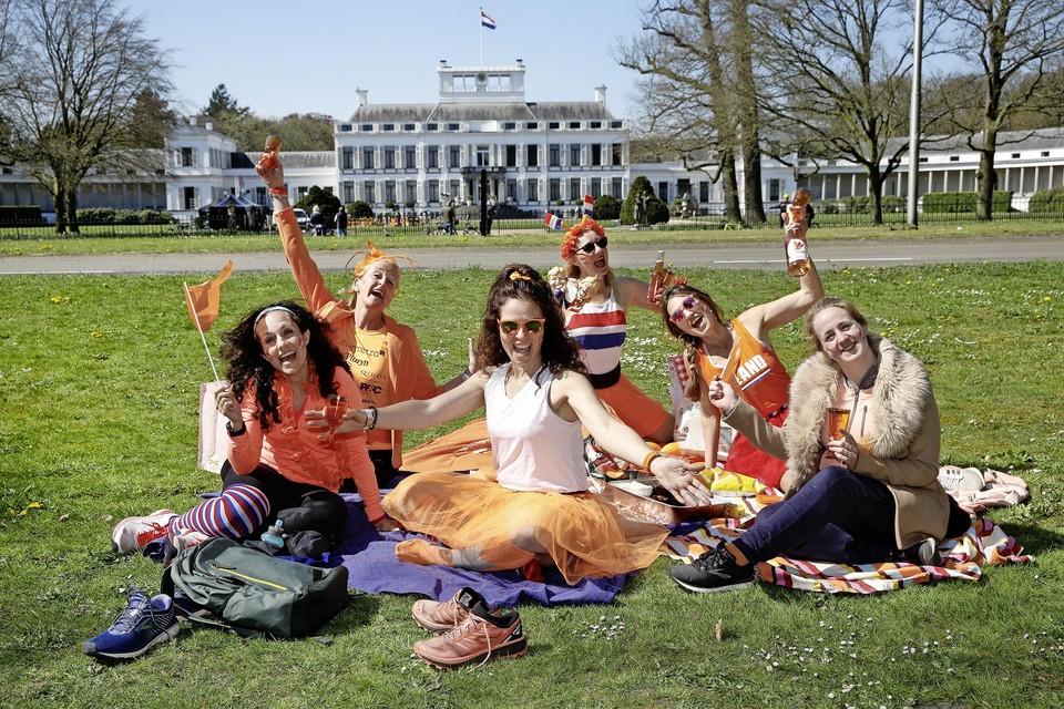 Hardloopdames bouwen een feestje om anderen vrolijk te maken. Vierde van links Yvonne Kroes.