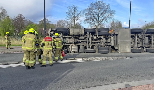 Vrachtwagen met zand kantelt in Heerhugowaard, passagier zwaargewond [video]
