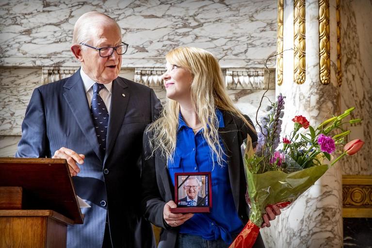 Penning Pieter van Vollenhoven voor moedig 'icoon' Sylvia Veld die eigen verkrachter opspoorde [video]
