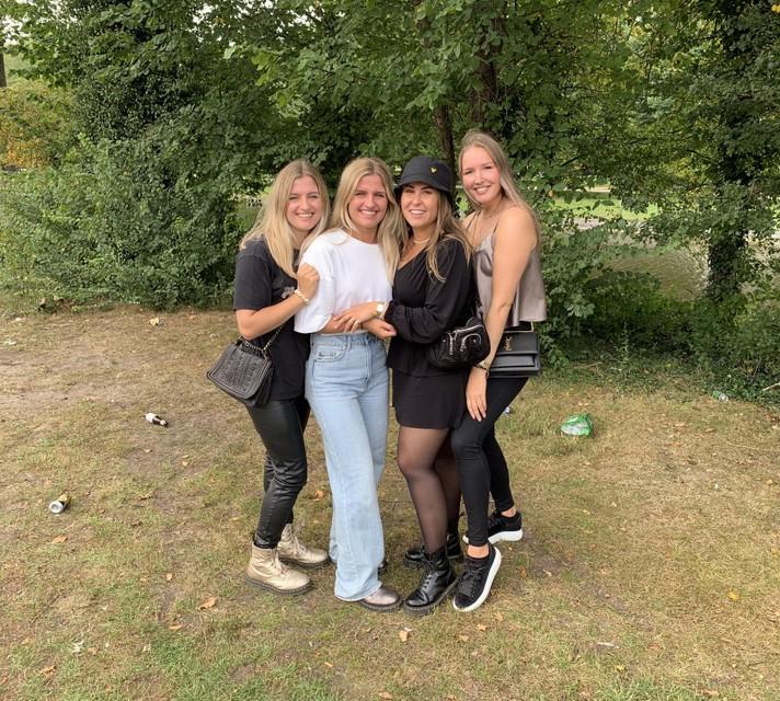 Melissa en Amanda Duin, Elisa van Zaane en Melanie Beentjes.