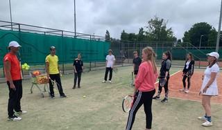Individu leidend in beleid tennisbanen. Op Texel inmiddels volgens IJslands model. Trainer Erik Grootes: 'Bijdrage sport in gemeenschappelijke preventieaanpak tegen drank en drug is daar groot succes'