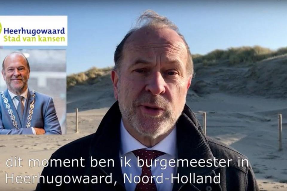 Bert Blase stelt zich staande op het strand via een Youtube-filmpje voor aan de inwoners van Den Haag.