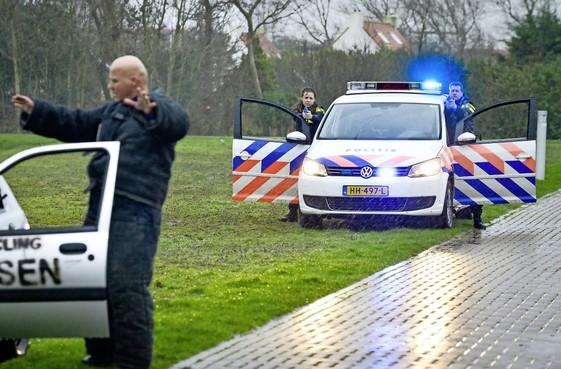Man schiet op politie vlak voor de neus van een groep jongeren op Texel. Spannend, maar gelukkig is het allemaal in scène gezet