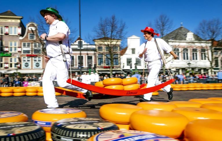 Toerist kan nu ook met kaasjongen op de foto bij opening seizoen in Alkmaar