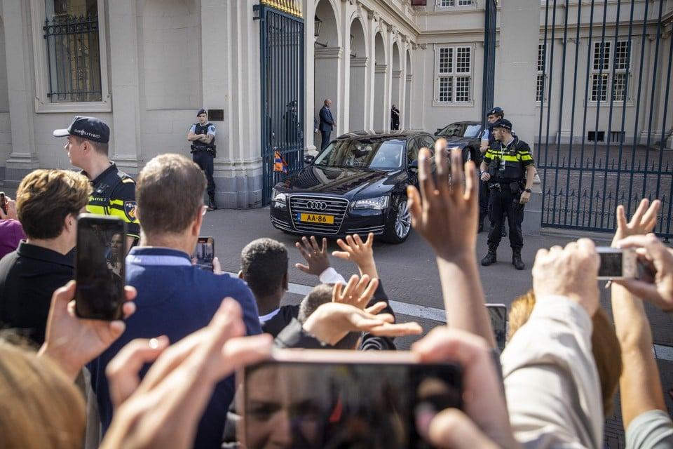 Koning Willem-Alexander en koningin Maxima in de auto onderweg van Paleis Noordeinde naar de Grote Kerk.