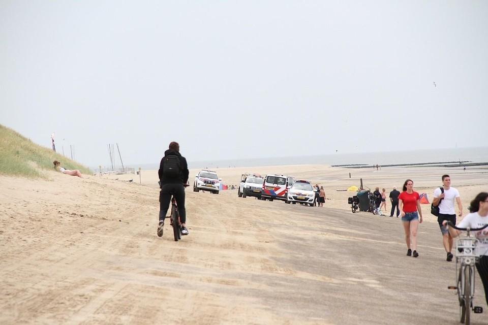 Meerdere politie-eenheden scheurden richting het strand.