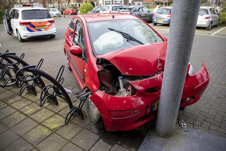 Auto botst tegen ingang huisartsenpost in Haarlem